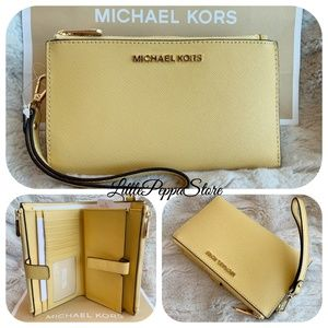 MICHAEL KORS DOUBLE ZIP WRISTLET WALLET DAISY